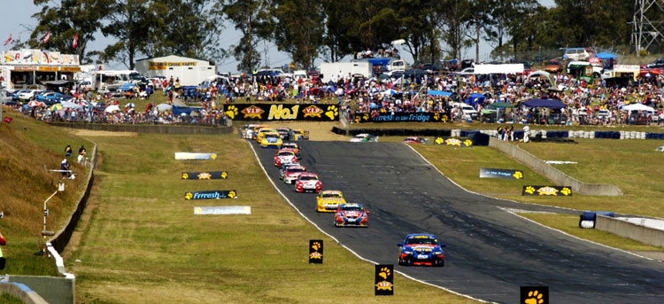V8-Supercars-racing-at-Eastern-Creek